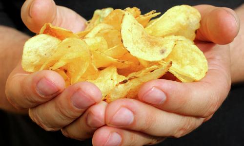 Врачи назвали смертельную дозу чипсов